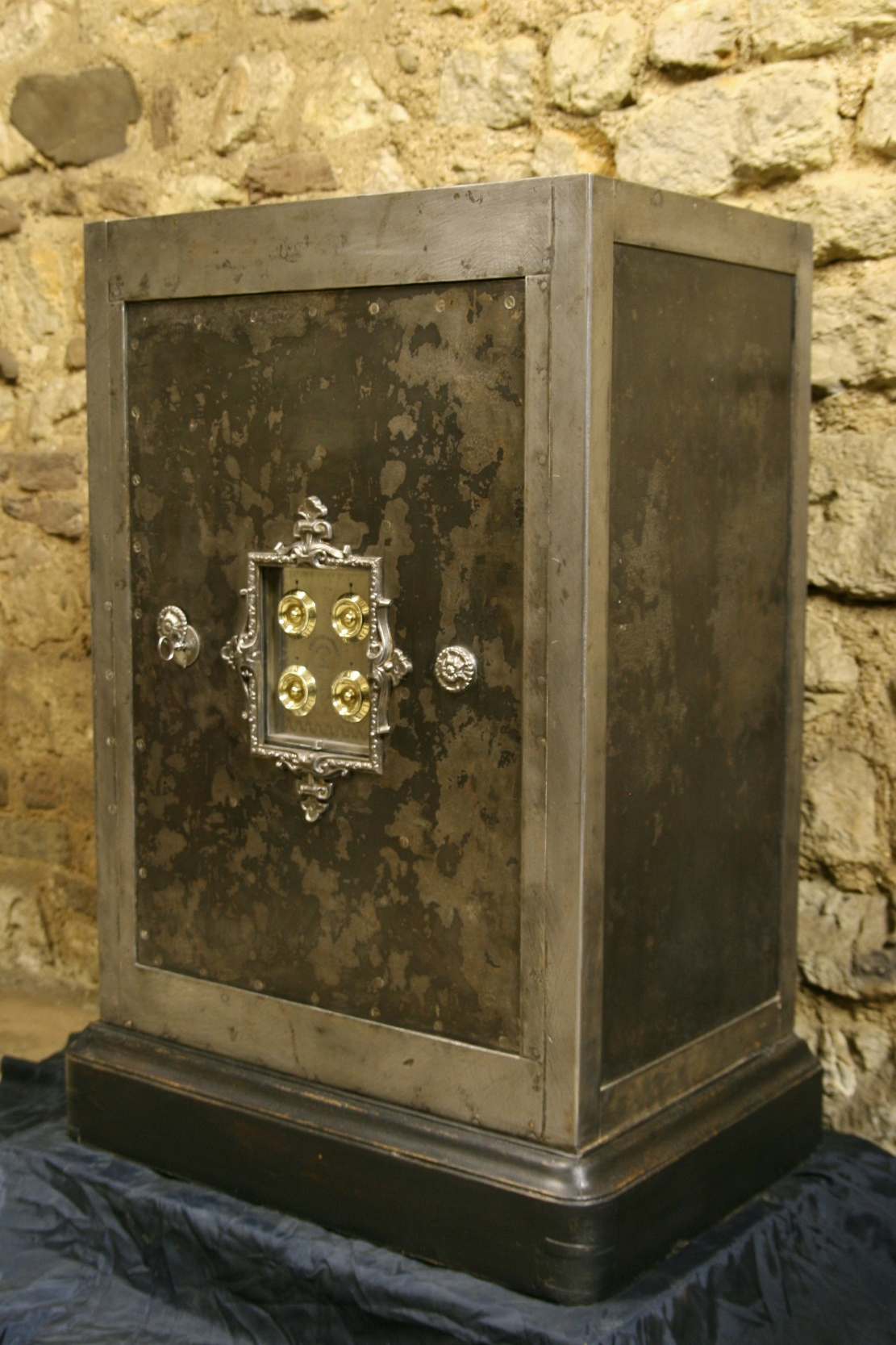 antique safe collector